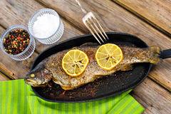 trucha-arco-iris-cocida-deliciosa-con-el-limón-recto-del-horno-56698486